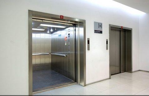 So sánh cơ bản giữa thang máy chở hàng kèm người và không kèm người